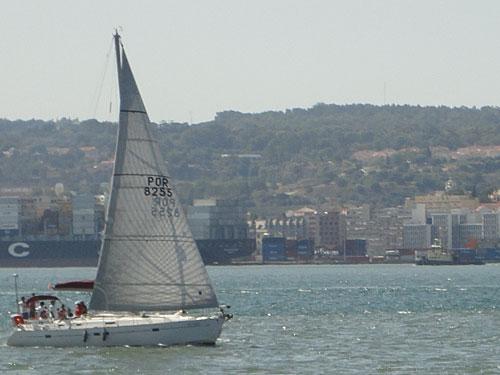 Segelboot vor der Kulisse der Stadt. (Foto: Sören Peters)