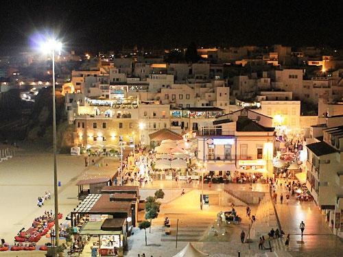 Gleich hinter der Praia dos Pescadores (links im Bild) beginnt die Altstadt. (Foto: Sören Peters)