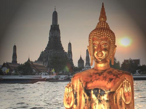 Symbolbild: Hinten der Wat Arun in Bangkok. Vorne eine Figur aus dem Wat Po. (Montage: Sören Peters)