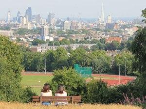 Zwei Frauen bestaunen vom Parliament Hill die Skyline der City of London. (Foto: Sören Peters)
