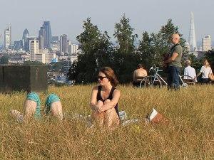 Jungen Frauen sitzen, bzw. liegen im Gras. (Foto: Sören Peters)