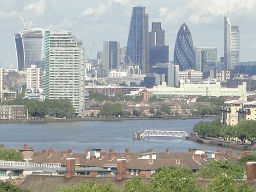 """Blick vom Royal Observatory in Greenwich auf die Skyline der City of London. """"The Gherkin"""" von Architekt Sir Norman Foster steht aktuell zum Verkauf. (Foto: Sören Peters)"""