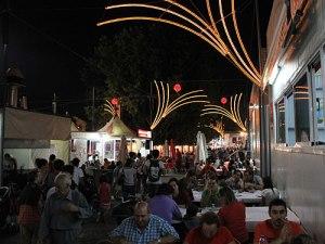 Etwa in den vielen Restaurants, die am Rande des Rummels aufgebaut sind und authentische portugiesische Küche anbieten. (Foto: Sören Peters)