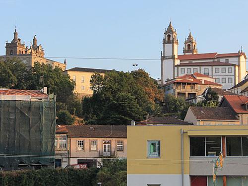 """Außer der """"Messe"""", jedes Jahr von Anfang August bis Mitte September, gibt es noch mehr zu sehen, etwa die Kathedrale (l.), die über der Stadt thront, oder die Igreja da Misericórdia gleich gegenüber. (Foto: Sören Peters)"""
