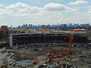 Das alte, inzwischen abgerissene Yankee Stadium vor der Kulisse Manhattans. (Foto: Sören Peters)