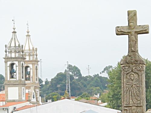 Ein Kreuz erinnert in Barcelos an den Pilger, der des DIebstahls bezichtigt wurde und der durch einen Hahnenschrei gerettet wurde. (Foto: Sören Peters)