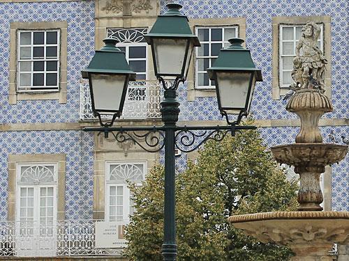 Brunnen und Laterne vor Azulejos-Haus am Largo das Portas Novas. (Foto: Sören Peters)