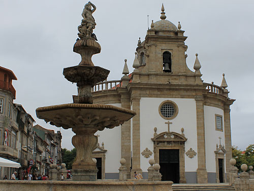 Gleich neben dem Campo da República, der sonst als Parkplatz genutzt wird, befindet sich der Templo do Senhor Bom Jesus da Cruz, das wohl auffälligste Gebäude der Stadt. (Foto: Sören Peters)
