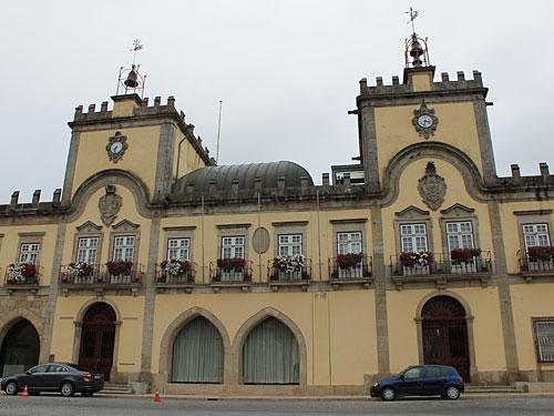 ...zum Rathaus von Barcelos. (Foto: Sören Peters)