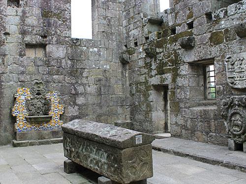 Quasi im Hinterhof des Gotteshauses, das auch den historischen Ortskern markiert, stehen die Ruínas do Paço dos Duques (Condes) de Bragança. (Foto: Sören Peters)