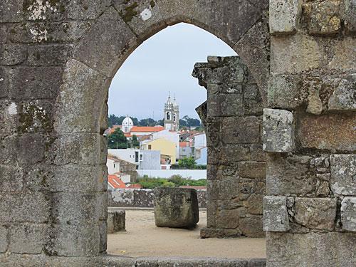 Blick durch die Ruinen auf Barcelinhos, am gegenüberliegenden Ufer des Rio Cávado gelegen. (Foto: Sören Peters)