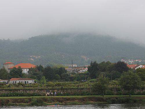 Mit einem Blick auf die verschleierten Hügel nehmen wir Abschied von Ponte de Lima. (Foto: Sören Peters)