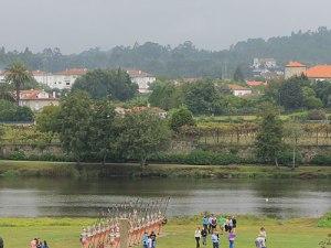 Römische Pappkameraden erinnern am Flussufer an die Überquerung des Lima im Jahr 137 v. Chr. (Foto: Sören Peters)