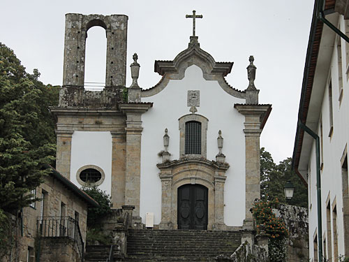 Etwas versteckt liegt dagegen diese Kapelle am Largo Delfim Guimarães. (Foto: Sören Peters)