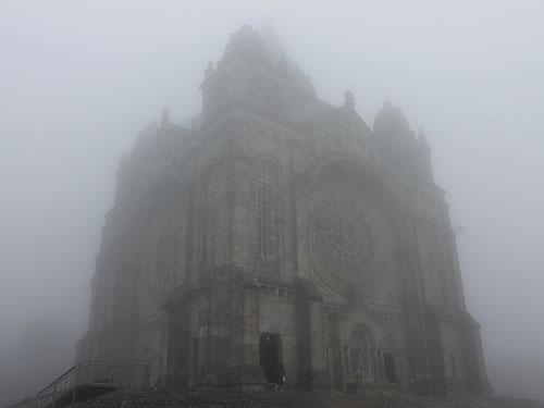 Eingehüllt in ein graues Gewand: das Santuário de Santa Luzia. (Foto: Sören Peters)