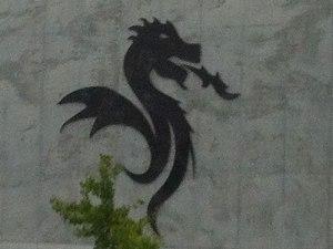 Ein Drache, auch Bestandteil des Vereinsemblems (Bezug zu São Jorge?), ziert die Fassade des Stadions. (Foto: Sören Peters)