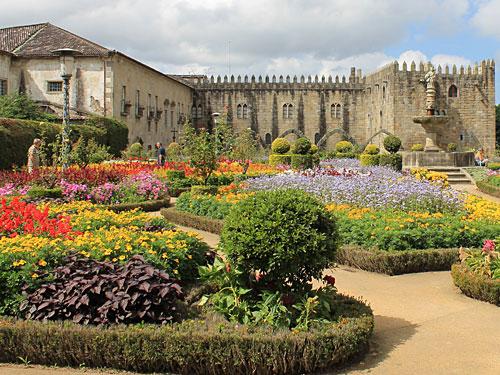 Nur einen Steinwurf weiter befindet sich der Jardim de Santa Barbara. Im Hintergrund der Antigo Paço Episcopal Bracarense, ... (Foto: Sören Peters)