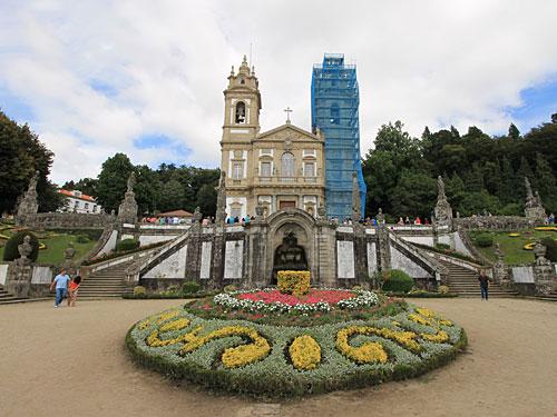 Bragas bekannteste Sehenswürdigkeit liegt etwas außerhalb des Stadtzentrums: Die Wallfahrtskirche Bom Jesus do Monte. Wie der Kölner Dom leider mit Verkleidung. (Foto: Sören Peters)