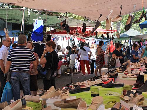 Wer nicht gerade auf der Suche nach Schuhen oder (natürlich voll originaler) Markenbekleidung ist... (Foto: Sören Peters)