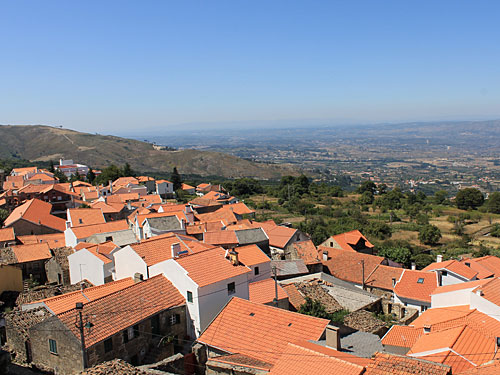 Blick über Folgosinho und die Serra da Estrela. (Foto: Sören Peters)