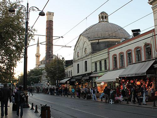 Vom Topkapi-Palast aus folgen wir den Straßenbahnschienen Richtung Westen... (Foto: Sören Peters)