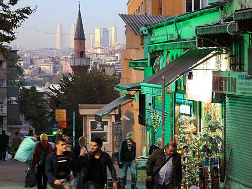 Wir verlassen den Großen Basar Richtung Norden, wo sich hinter einem Minarett der nördliche Teil von Euro-Istanbul abzeichnet. (Foto: Sören Peters)