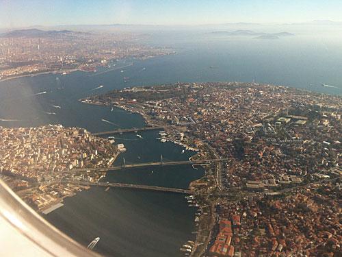 Anflug auf Istanbul Atatürk: Vorne das Goldene Horn, links der Bosporus, rechts hinten das Marmarameer. (Foto: Sören Peters)
