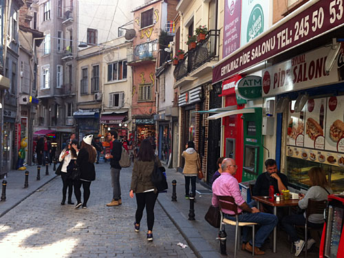 Am unteren Ende, nach der Station Sishane, schließt sich das In-Viertel an. Zahlreiche Geschäfte für Musikintrumente, Straßencafés und Lädchen für Kunsthandwerk dominieren das Straßenbild der Yüksek-Caldirim-Straße. (Foto: Sören Peters)