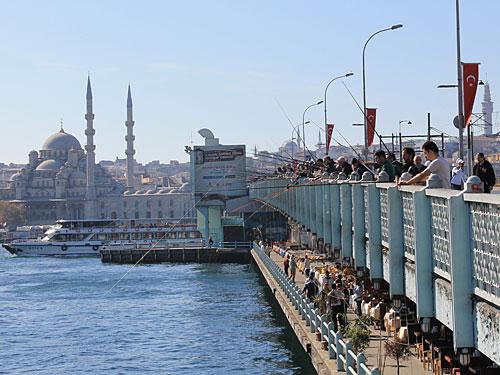 Angler auf der Galatabrücke vor der Kulisse der Neuen Moschee (Yeni Camii). (Foto: Sören Peters)