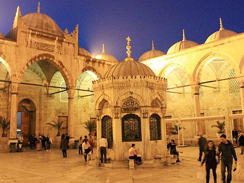 In unmittelbarer Nähe befindet sich die Neue Moschee (Yeni Camii). (Foto: Sören Peters)