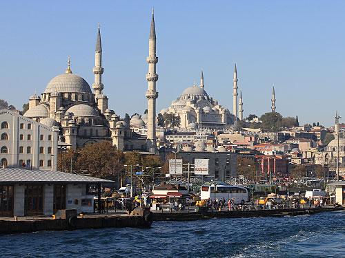 Hierher kehren wir aber am nächsten Morgen noch einmal zurück. Vorne die Neue Moschee, hinten die Süleymaniye-Moschee. Vom Anleger Eminönü verlassend ie Bosporus den europäischen Teil der Stadt Richtung Üsküdar. (Foto: Sören Peters)