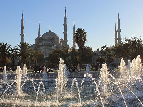 """Gleich gegenüber befindet sich die Sultanahmet-Moschee, bzw. """"Blaue Moschee"""". (Foto: Sören Peters)"""