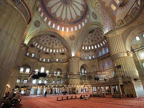 Woher der Name stammt, sieht man im Innern. Eine Fülle an blau-weißen Fliesen gaben der Moschee ihren Beinamen. (Foto: Sören Peters)