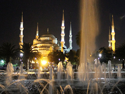 Mit einem Blick auf die Sultanahmet-Moschee bei Nacht lassenw ir den kleinen Foto-Rundgang ausklingen. (Foto: Sören Peters)