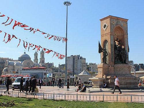 """Der Taksim-Platz etwa beheimatet das """"Denkmal der Republik"""", versprüht aber sonst den Charme des Barbarossaplatzes in Köln oder des Alexanderplatzes in Berlin. (Foto: Sören Peters)"""