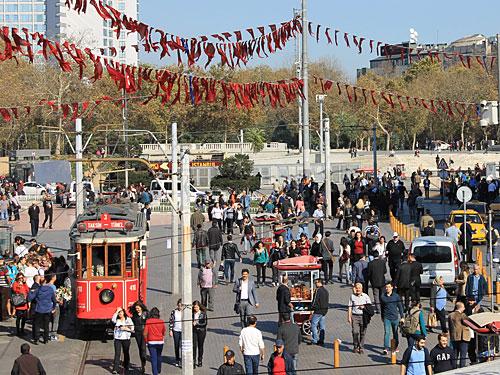 Hinten zu sehen: Der Gezi-Park. Links: Die historische Tram erinnert ein wenig an die Linie 28 in Lissabon. Sie startet und wendet am Taksim-Platz... (Foto: Sören Peters)