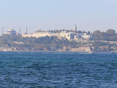 Gleich neben den beiden religiösen Bauwerken befindet sich der Topkapi-Palast, jahrhundertlang Wohn- und Regierungssitz der Sultane. Gesehen vom asiatischen Teil der Stadt, links ist noch die Hagia Sophia im Bild. (Foto: Sören Peters)
