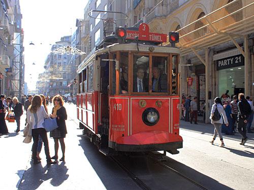 Bevor sie über die Haupt-Einkaufsstraße, die Istiklal Caddesi, rumpelt. (Foto: Sören Peters)