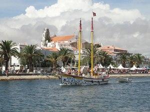 Ein Segelschiff verlässt die Marina Richtung Atlantik. (Foto: Sören Peters)