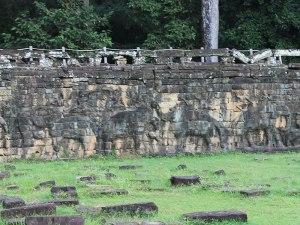 Die Elefantenterrasse diente für Zeremonien. Mit ein wenig Fantasie lassen sich die Reliefs noch erkennen. (Foto: Sören Peters)