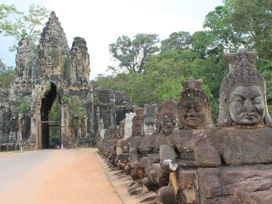 """Das Südtor zur """"großen Hauptstadt"""": In Stein gehauene Gesichter begrüßen die Besucher von Angkor Thom. (Foto: Sören Peters)"""
