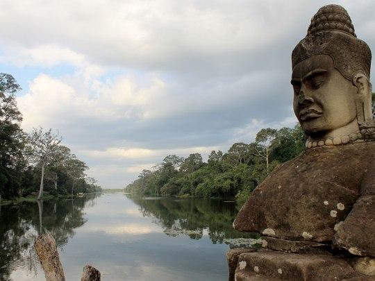 Nicht nur die Stadtmauern, sondern auch ein Wassergraben schützte Angkor Thom vor ungebetenen Gästen. (Foto: Sören Peters)