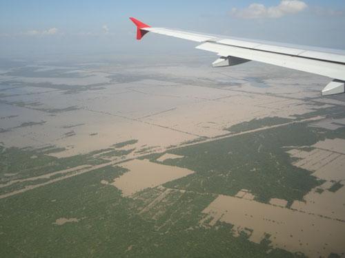 Anflug auf Siem Reap. Kurz nach der Regenzeit waren viele Felder noch überflutet. Die Flugzeit ab Bangkok beträgt knapp eine Stunde. (Foto: Sören Peters)