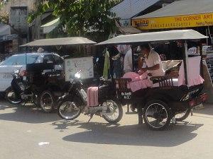 Tuk-Tuks in Siem Reap. Die Fahrer können nach einer Zeit zur Plage werden, doch wer will es ihnen verdenken... (Foto: Sören Peters)