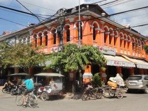 Typisch für Siem Reap? Wartende Tuk-Tuk-Fahrer vor einem Kolonialgebäude, in dem ein Restaurant mit westlichem essen untergebracht ist. (Foto: Sören Peters)