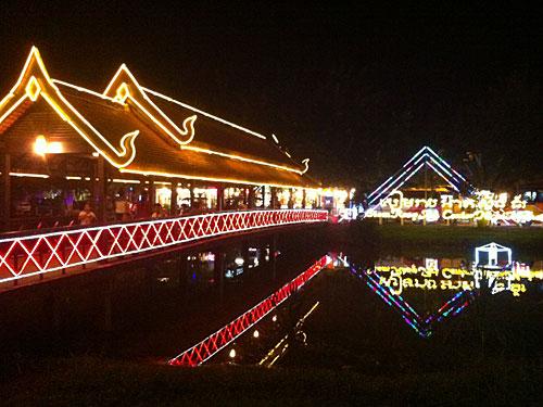 Auf der anderen Seite des kleinen Flusses, der Siem Reap teilt, gibt es jeden Abend einen kleinen Kreativmarkt, auf dem Kunsthandwerk und Kitsch auf Abnehmer suchen. Immerhin soeht's nett aus. (Foto: Sören Peters)