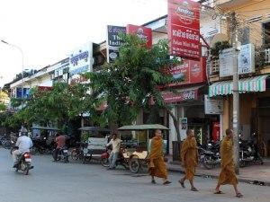 Mönche schlendern durch eine Nebenstraße der Pub Street. (Foto: Sören Peters)