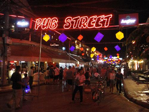 ...ist abends schon ein wenig mehr Action geboten. Unterm Strich ist das Nachtleben in Siem Reap aber recht entspannt. (Foto: Sören Peters)