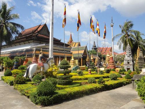 Wer in Angkor genügend alte Tempel gesehen hat, kann sich in der Nähe der Old Market Arean den Wat Preah Prom Rath anschauen. (Foto: Sören Peters)