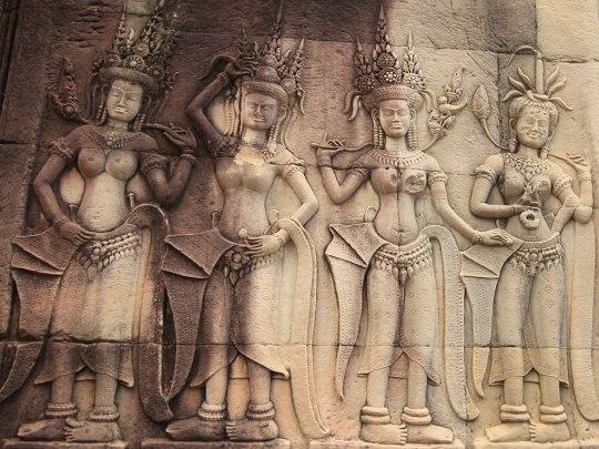 """Mit großem Aufwand werden die historisch wertvollen Gemäuer restauriert, wie etwa diese Apsara-Tänzerinnen im """"Innenhof"""". (Foto: Sören Peters)"""